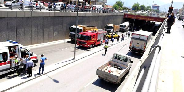 1 3488 - Köprülü kavşakta zincirleme kaza: 2 yaralı