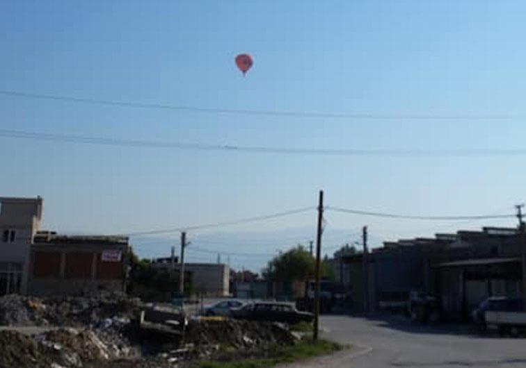 11 turist tasiyan sicak hava balonu sanayiye acil inis yapti 2991 dhaphoto2 - 11 turist taşıyan sıcak hava balonu, sanayiye acil iniş yaptı