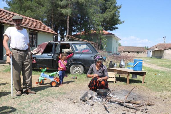 2 2307 - Kalacak yerleri olmayan aile otomobilde yaşıyor