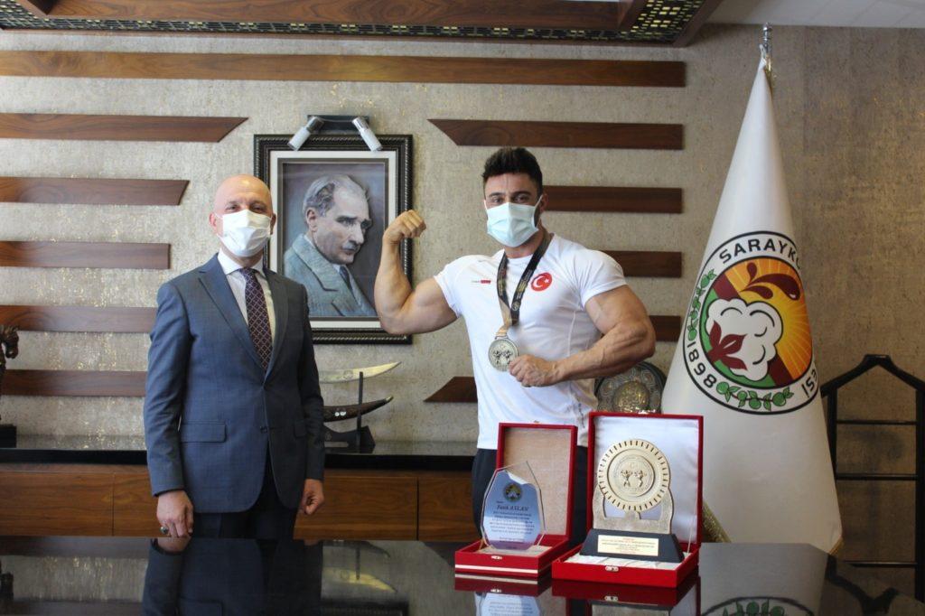 2 2633 1024x682 - Türkiye şampiyonu Başkan Özbaş'ı ziyaret etti
