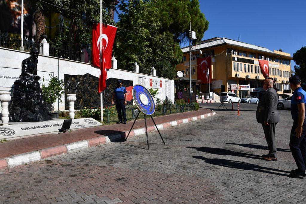 """2 2664 1024x683 - Buldan'da mütevazi kutlama  Buldan'ın Düşman İşgalinden Kurtuluşunun 99. yıl dönümü, Alanyazı Meydanı Atatürk Anıtı'nda düzenlenen  mütavazi bir törenle kutlandı. Belediye Başkanı Mustafa Şevik,"""" Dört Eylül günü Yunan işgal güçlerini Buldan topraklarından çıkaran milli kahramanlarımızın isimlerini nesiller boyu yaşatmak en önemli vazifemizdir. Buldan Halkımızın 4 Eylül Kurtuluş Günü kutlu olsun""""  dedi.    4 Eylül Buldan'ın  Düşman İşgalinden Kurtuluşu'nun 99. yıl dönümü kutlamaları, sabah ezanının ardından tüm camilerde sala okunması ve  Topdami Mevkii'nde temsili top atışıyla başladı.   Kurtuluş Günü Kutlama  programı, Alanyazı Medanı Atatürk Anıtı'nda düzenlenen törenle devam etti. Törene, Belediye Başkanı Mustafa Şevik, belediye meclis üyeleri ve daire amirleri katıldı.  4 Eylül Buldan'ın Kurtuluş Günü'nün bu yıl da mütevazı bir törenle kutladıklarını söyleyen Belediye Başkanı Mustafa Şevik,  """"2022, Buldan'ın Düşman İşgalinden Kurtuluşunu 100.yılı.  4 Eylül'ü önümüzdeki yıl, 100.yıla yakışır bir törenle kutlayacağız. Bunun hazırlıklarına şimdiden başladık"""" dedi.   Başkan Şevik, """"Milletlerin hayat özlerini, milli kültürlerini koruması, yaşaması, öğrenmesi ve gelecek nesillere aktarması işi inanıyorum ki gençlerin olacaktır. Osman Gazi'nin mintanını, Yıldırım Beyazıt Han'ın kızının gelinliğini, Barbaros'un şalını dokuyan, sanatıyla adını dünyaya duyuran atalarımızın torunları olarak, milli değerlerimiz ile İstiklal Savaşımızın ve kurtuluşumuzun sembolleri haline gelen Kara Ali, Ahmet Ağa, Necip Ağa, Çopur Süleyman Efe, Müftüzade Salih Efendi, Hacı Ağa Osman, Kolağası Mehmet Efendi gibi milli kahramanlarımızın isimlerini nesiller boyu yaşatmak, en önemli vazifemizin başında gelmektedir. Milletlerin hayat özlerini, milli kültürlerini koruması, yaşatması, öğrenmesi ve gelecek nesillere aktarması işi inanıyorum ki gençlerin olacaktır. Buldanlı hemşehrilerimin 4 Eylül Kurtuluş Günü kutlu olsun"""" diye konuştu.  Buldan Belediyesi'nin hazırladığı 4 Eylül B"""