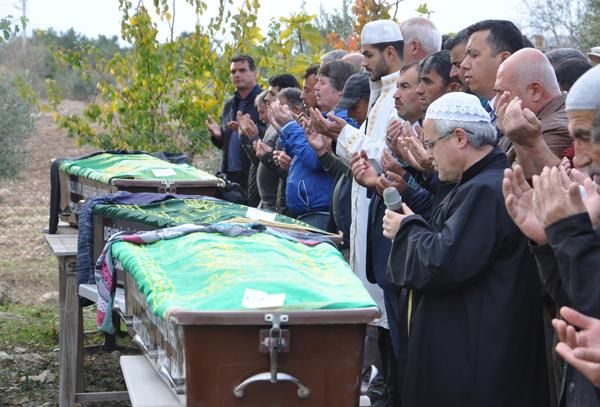 2 61 - İsabey Kazasında Ölen 5 Kişi Toprağa Verildi
