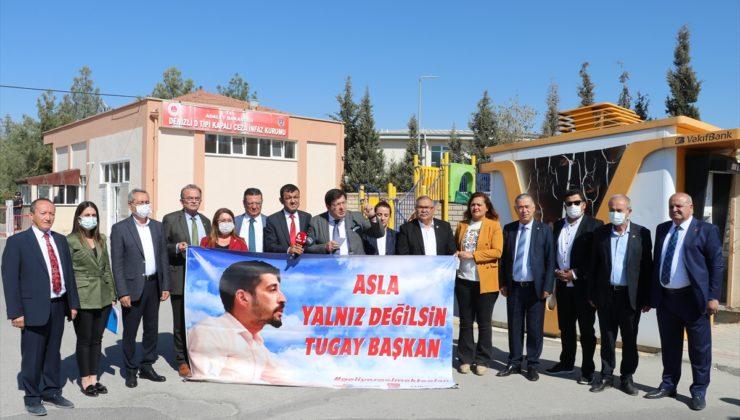 CHP'li Erkek, Denizli Gençlik Kolları Başkanı'nın tutuklu bulunduğu cezaevi önünde açıklama yaptı