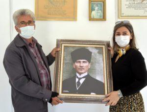 İzmir'de Aliağalı muhtarlara Atatürk Portresi hediyesi