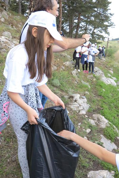 3 1279 - Minik Elleriyle Çöp Topladılar