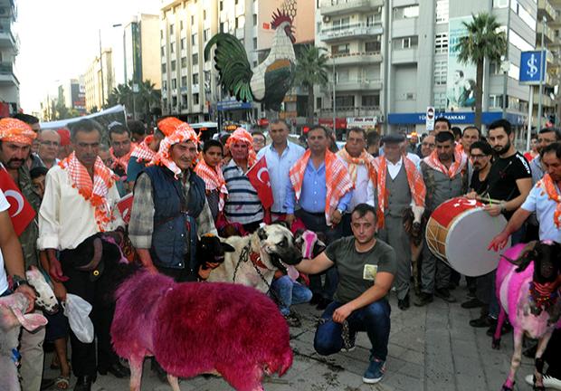 3 1402 - Asırlık yarışma öncesi koyunlarla renkli kortej yürüyüşü