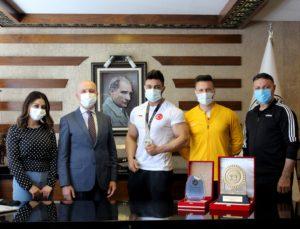 Türkiye şampiyonu Başkan Özbaş'ı ziyaret etti