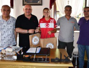Belediye Başkanı Şevik'ten, Milli futbolcu Sıla'ya destek
