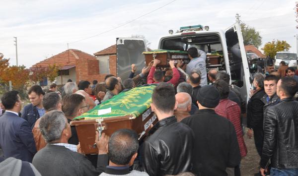 3 31 - İsabey Kazasında Ölen 5 Kişi Toprağa Verildi