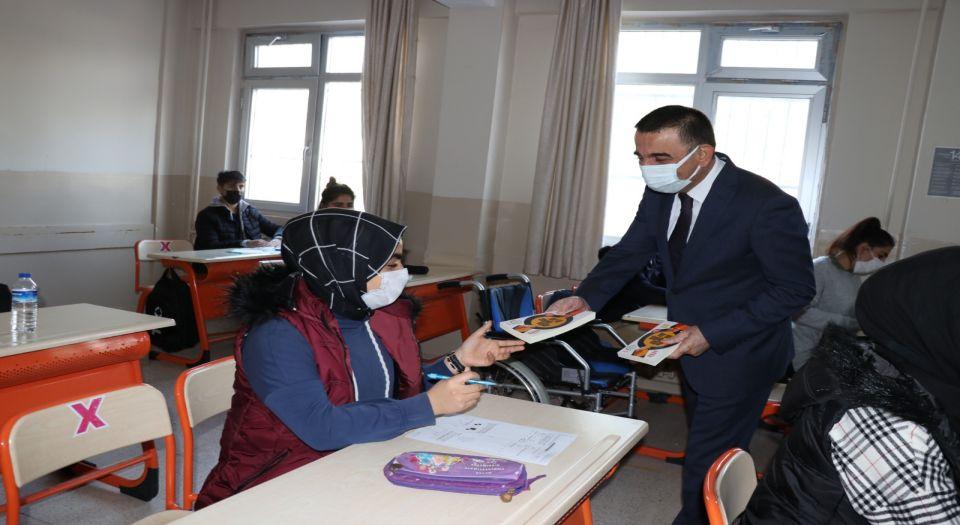 Siirt Valisi Hacıbektaşoğlu, öğrencilerin heyecanına ortak oldu