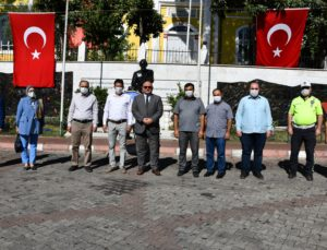 """Buldan'da mütevazi kutlama  Buldan'ın Düşman İşgalinden Kurtuluşunun 99. yıl dönümü, Alanyazı Meydanı Atatürk Anıtı'nda düzenlenen  mütavazi bir törenle kutlandı. Belediye Başkanı Mustafa Şevik,"""" Dört Eylül günü Yunan işgal güçlerini Buldan topraklarından çıkaran milli kahramanlarımızın isimlerini nesiller boyu yaşatmak en önemli vazifemizdir. Buldan Halkımızın 4 Eylül Kurtuluş Günü kutlu olsun""""  dedi.    4 Eylül Buldan'ın  Düşman İşgalinden Kurtuluşu'nun 99. yıl dönümü kutlamaları, sabah ezanının ardından tüm camilerde sala okunması ve  Topdami Mevkii'nde temsili top atışıyla başladı.   Kurtuluş Günü Kutlama  programı, Alanyazı Medanı Atatürk Anıtı'nda düzenlenen törenle devam etti. Törene, Belediye Başkanı Mustafa Şevik, belediye meclis üyeleri ve daire amirleri katıldı.  4 Eylül Buldan'ın Kurtuluş Günü'nün bu yıl da mütevazı bir törenle kutladıklarını söyleyen Belediye Başkanı Mustafa Şevik,  """"2022, Buldan'ın Düşman İşgalinden Kurtuluşunu 100.yılı.  4 Eylül'ü önümüzdeki yıl, 100.yıla yakışır bir törenle kutlayacağız. Bunun hazırlıklarına şimdiden başladık"""" dedi.   Başkan Şevik, """"Milletlerin hayat özlerini, milli kültürlerini koruması, yaşaması, öğrenmesi ve gelecek nesillere aktarması işi inanıyorum ki gençlerin olacaktır. Osman Gazi'nin mintanını, Yıldırım Beyazıt Han'ın kızının gelinliğini, Barbaros'un şalını dokuyan, sanatıyla adını dünyaya duyuran atalarımızın torunları olarak, milli değerlerimiz ile İstiklal Savaşımızın ve kurtuluşumuzun sembolleri haline gelen Kara Ali, Ahmet Ağa, Necip Ağa, Çopur Süleyman Efe, Müftüzade Salih Efendi, Hacı Ağa Osman, Kolağası Mehmet Efendi gibi milli kahramanlarımızın isimlerini nesiller boyu yaşatmak, en önemli vazifemizin başında gelmektedir. Milletlerin hayat özlerini, milli kültürlerini koruması, yaşatması, öğrenmesi ve gelecek nesillere aktarması işi inanıyorum ki gençlerin olacaktır. Buldanlı hemşehrilerimin 4 Eylül Kurtuluş Günü kutlu olsun"""" diye konuştu.  Buldan Belediyesi'nin hazırladığı 4 Eylül Buldan'ın Düşman İş"""