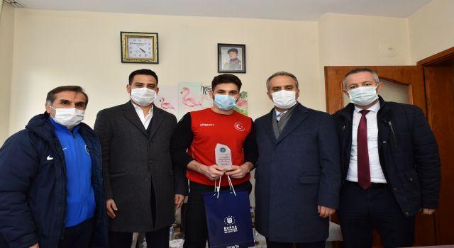 Bursa'da milli güreşçiye moral ziyareti