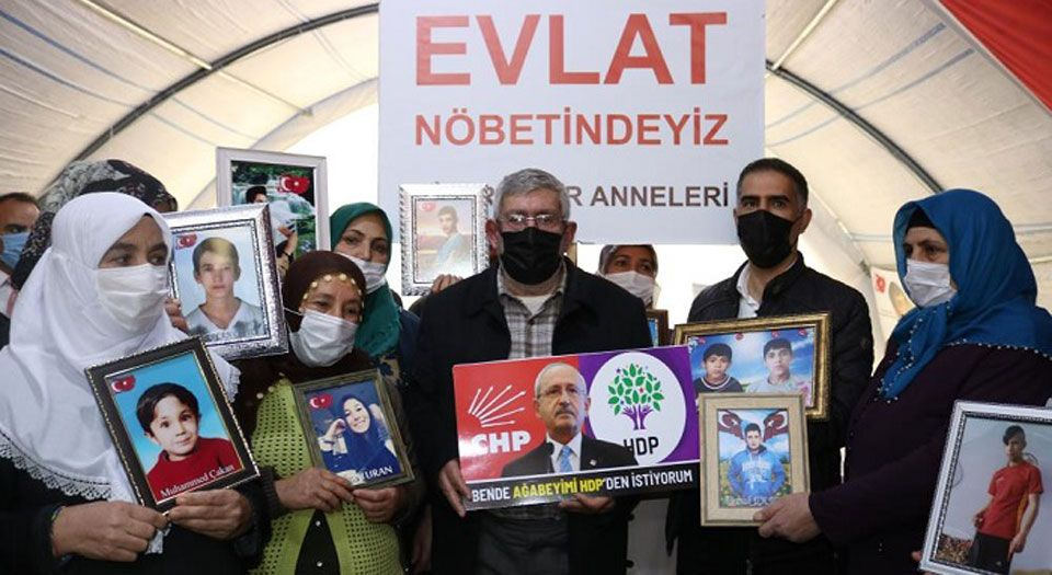 Kılıçdaroğlu'nun kardeşi CHP'ye pankart açtı!