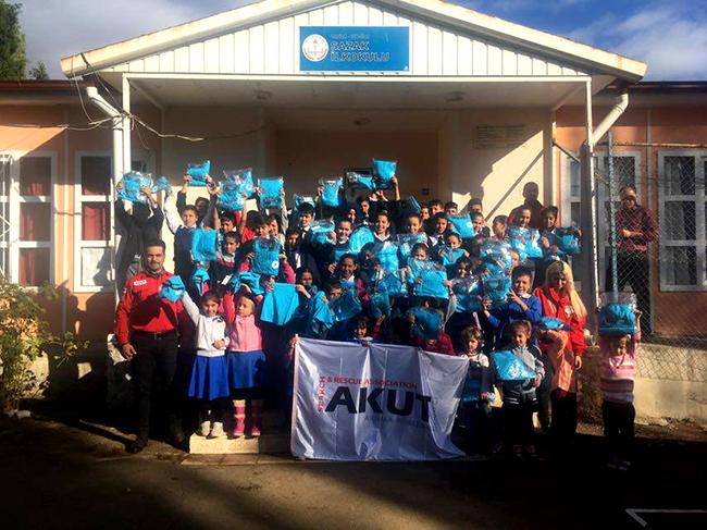 akut denizli 6 koy okuluna yardim 1 - AKUT'tan 6 Köy Okuluna Kırtasiye Malzemesi Yardımı