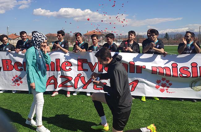 amator futbolcudan yesil sahada evlenme teklifi 1097 dhaphoto2 - Amatör futbolcudan yeşil sahada evlenme teklifi