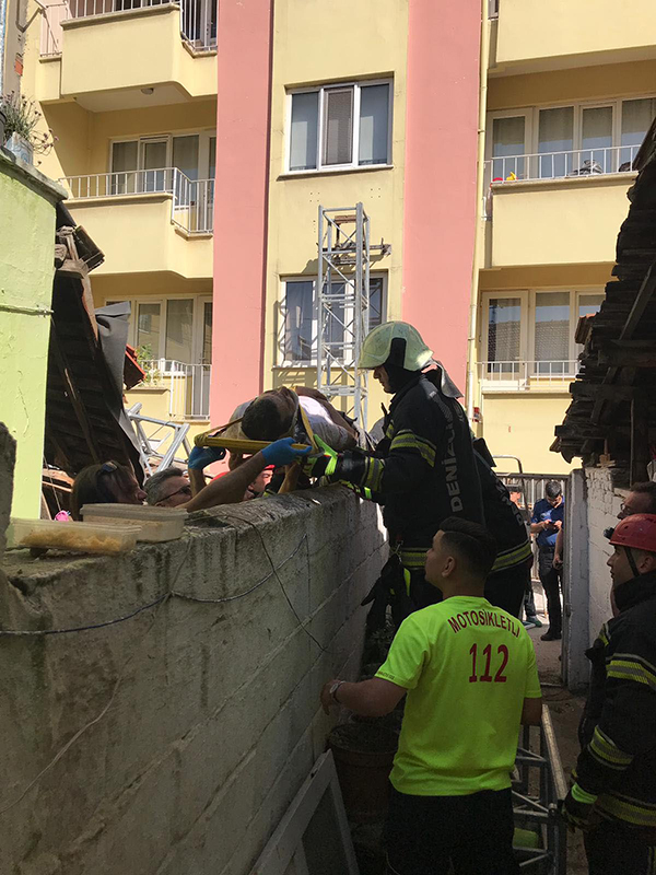 apartman onune kurulan iskele devrildi 2 isci yarali 2741 dhaphoto2 - Apartman önüne kurulan iskele devrildi: 2 işçi yaralı