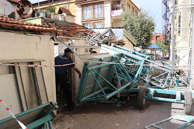 apartman onune kurulan iskele devrildi 2 isci yarali 2741 dhaphoto4 - Apartman önüne kurulan iskele devrildi: 2 işçi yaralı