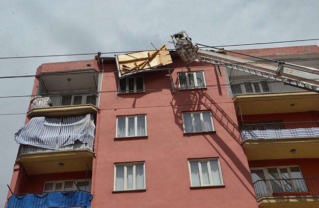 denizlide ruzgar etkili oldu cati uctu 9052 dhaphoto2 - Şiddetli Rüzgar Çatıyı Uçurdu