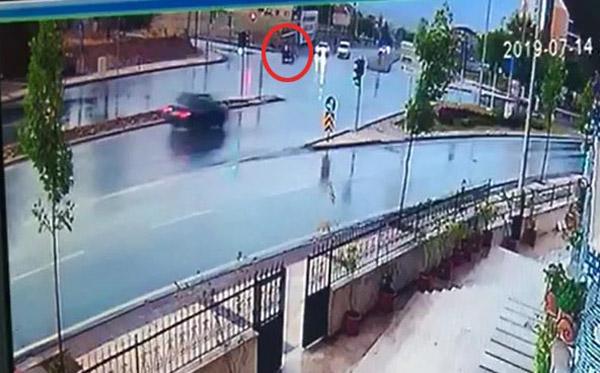 elektrikli bisikletteki 2 kisinin yaralandigi kaza kamerada 2431 dhaphoto2 - Elektrikli Bisikletteki 2 Kişinin Yaralandığı Kaza