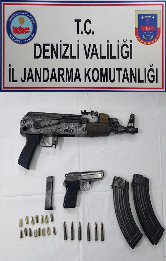 evinde ruhsatsiz kalasnikof tufek ve tabanca ile yakalandi 5411 dhaphoto1 - Evinde ruhsatsız kalaşnikof tüfek ve tabanca ile yakalandı