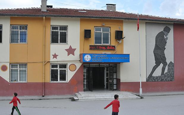 ilkokulda taciz skandali 1 - Sınıf öğretmeni, 9 kız öğrencisine tacizden tutuklandı