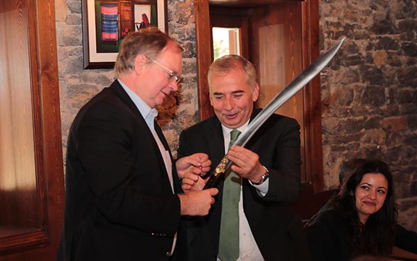 ingiltere buyukelcisinin sipsi ile sinavi 7771 dhaphoto1 - İngiltere Büyükelçisi'nin sipsi ile sınavı