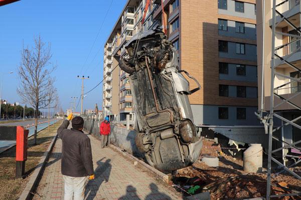 insaatin bahcesine devrilenotomobilin surucusu oldu 5041 dhaphoto4 - İnşaatın bahçesine devrilen otomobilin sürücüsü öldü