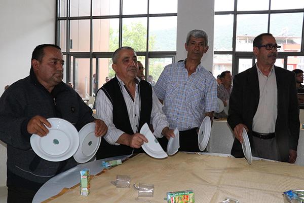 masalardaki tabaklari kirip ced toplantisini yaptirmadilar 7053 dhaphoto3 - Masalardaki tabakları kırıp, toplantıyı yaptırmadılar