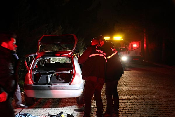 otomobilde cektikleri gaz patladi 3 genc olumden dondu 7980 dhaphoto1 - Otomobilde sıkışan gaz patladı; 3 genç ölümden döndü