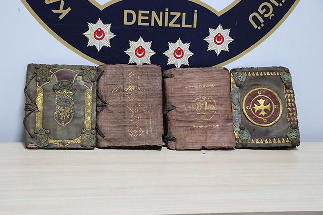 paha bicilemeyen tarihi 4 kitapla yakalanan supheliler tutuklandi 1550 dhaphoto12 - Paha biçilemeyen tarihi 4 kitapla yakalanan şüpheliler tutuklandı