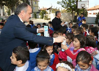 Başkan Gürlesin'den Öğrencilere Hediye