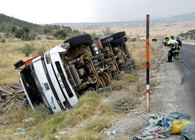 Serinhisar'da Kamyon Devrildi: 1 Yaralı