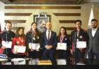Başkan Özbaş, gençlere armağan etti; gençler ise aldıkları eğitimlerle başarıya koşuyor
