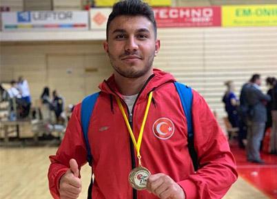 Denizlili karateciden altın madalya