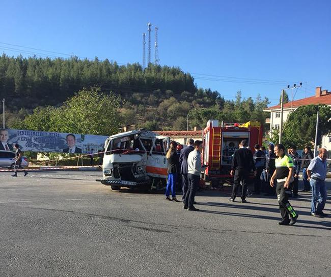 tavas kaza minibus ile kamyon carpisti 1 - Tavas'ta Yolcu Minibüsü İle Kamyon Çarpıştı