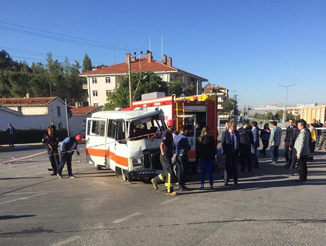 tavas kaza minibus ile kamyon carpisti 2 - Tavas'ta Yolcu Minibüsü İle Kamyon Çarpıştı