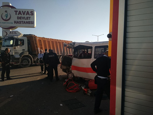 tavas kaza minibus ile kamyon carpisti 4 - Tavas'ta Yolcu Minibüsü İle Kamyon Çarpıştı