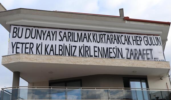 toplumsal mesaj iceren cumleleri afislere yazdirip dukkaninin disina asiyor 2182 dhaphoto3 - Toplumsal mesaj içeren cümleleri, afişlere yazdırıp dükkanının dışına asıyor
