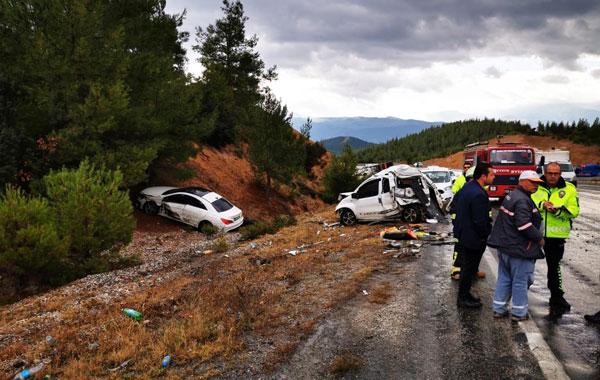 zincirleme kazada 3 kisi yaralandi 5856 dhaphoto1 - Zincirleme Kazada 3 Kişi Yaralandı